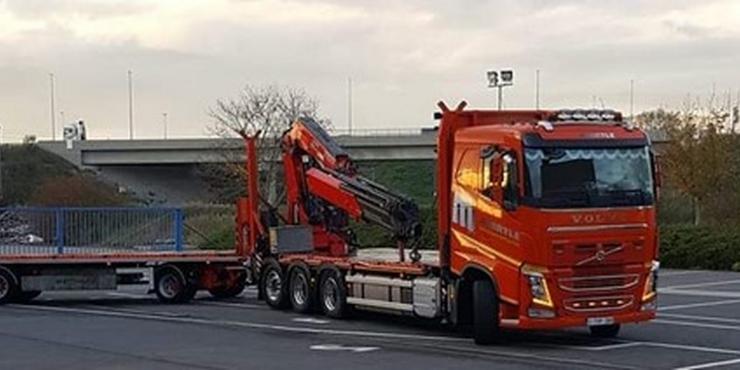 Vrachtwagen met laadkraan (55T/M) achteraan